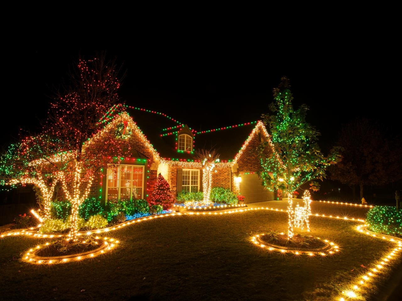 How To Choose The Best Christmas Lights For Your Yard